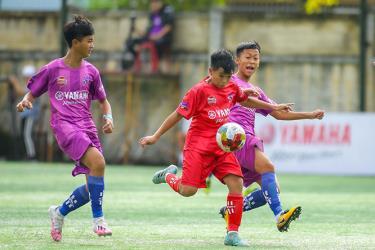 Pha tranh bóng giữa các cầu thủ U13 Hà Nội (áo đỏ) và U13 T&T VSH.