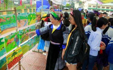 Khán giả tham quan những bức ký họa của các họa sĩ và các em học sinh.