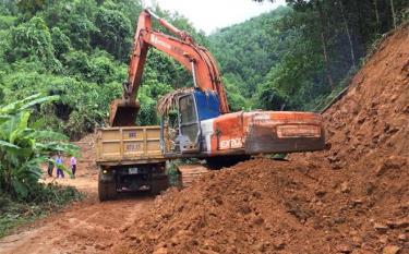 Thi công tuyến đường liên xã Liễu Đô - Mường Lai.
