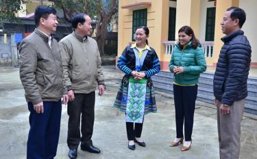 Chị Sùng Thị Xía (giữa) trao đổi công tác phòng chống dịch Covid-19 với cán bộ y tế huyện và lãnh đạo xã Suối Bu.