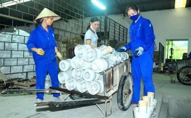 Công nhân Công ty cổ phần Sứ kỹ thuật Hoàng Liên Sơn thi đua lao động sản xuất để hoàn thành kế hoạch năm 2020.