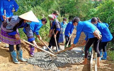 """Tuổi trẻ Mù Cang Chải đã bê tông được 45 km """"Con đường em đến trường""""."""