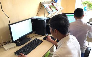 Cán bộ Trạm Y tế xã Báo Đáp ứng dụng công nghệ thông tin trong KCB.