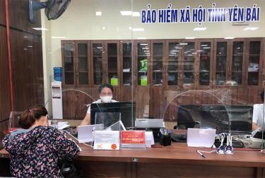 Người dân giải quyết thủ tục hành chính về BHYT tại Trung tâm Phục vụ Hành chính công tỉnh. (Ảnh: Hồng Duyên)