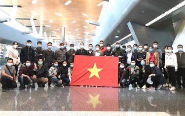 Một nhóm người Việt tại sân bay Qatar trước khi bay về nước (ảnh minh họa, của Đại sứ quán Việt Nam tại Mozambique)