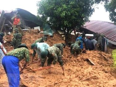 Lực lượng cứu hộ, cứu nạn tiếp cận hiện trường vụ sạt lở đất.