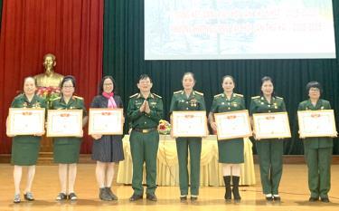 Hội Truyền thống Trường Sơn- đường Hồ Chí Minh trao bằng khen cho các cá nhân, tập thể Hội Truyền thống Trường Sơn - đường Hồ Chí Minh tỉnh Yên Bái.