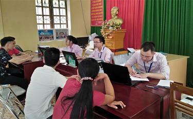 Phòng Giao dịch Ngân hàng Chính sách xã hội huyện Lục Yên làm thủ tục cho các hộ vay vốn.