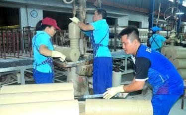 Công nhân Công ty cổ phần Sứ kỹ thuật Hoàng Liên Sơn thi đua lao động sản xuất những tháng cuối năm 2020.