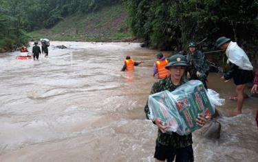 Bộ đội Biên phòng Quảng Bình vượt lũ tiếp tế lương thực cho người dân bị ngập lụt chia cắt tại huyện Lệ Thủy.