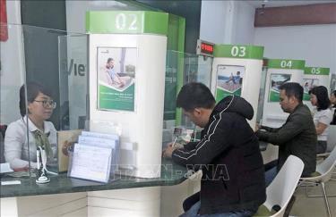 Khách hàng giao dịch tại Ngân hàng TMCP Ngoại Thương Việt Nam.