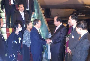 Thủ tướng Nhật Bản Suga Yoshihide và Phu nhân đáp xuống sân bay Nội Bài.