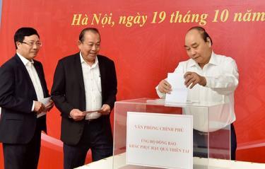 Thủ tướng Nguyễn Xuân Phúc và các Phó Thủ tướng Trương Hòa Bình, Phạm Bình Minh quyên góp ủng hộ đồng bào khắc phục hậu quả thiên tai.