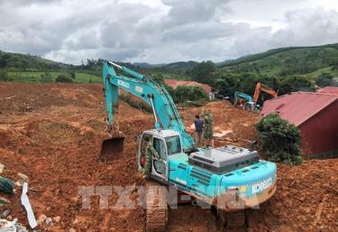 Phương tiện cơ giới khẩn trương đào bới tìm kiếm người bị vùi lấp.