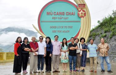 Du khách chụp ảnh lưu niệm khi đặt chân tới huyện Mù Cang Chải (Yên Bái)
