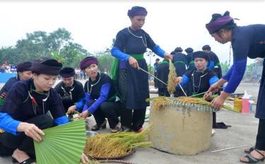 Thi giã cốm là hoạt động thường niên trong Lễ hội Cơm mới Đền Đông Cuông tổ chức hàng năm. (Ảnh: Đức Toàn)