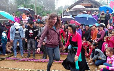 Du khách trải nghiệm các hoạt động văn hóa văn nghệ tại huyện Yên Bình.