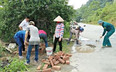 Người dân xã An Bình xây dựng bể thu gom rác thải.