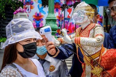 Đo thân nhiệt cho khách thăm quan phòng lây nhiễm COVID-19 tại một ngôi đền ở Bangkok, Thái Lan.