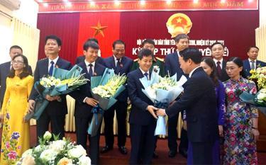 Đồng chí Đỗ Đức Duy - Bí thư Tỉnh ủy tặng hoa chúc mừng các đồng chí lãnh đạo và thành viên UBND tỉnh vừa được bầu tại Kỳ họp thứ 18 của HĐND tỉnh khóa XVIII, nhiệm kỳ  2016 - 2021.