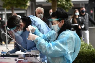 Nhân viên y tế tại Hy Lạp kiểm tra mẫu xét nghiệm Covid-19.