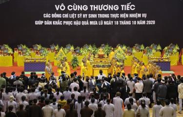 Lễ tang 22 quân nhân hi sinh trong khi làm nhiệm vụ giúp dân khắc phục hậu quả mưa lũ được tổ chức trang trọng, theo nghi thức quân đội.