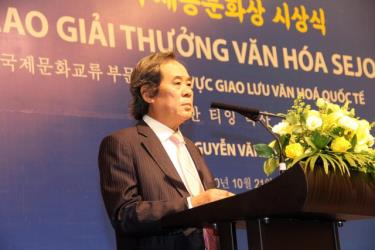 Ông Nguyễn Văn Tình xúc động và tự hào khi được nhận giải thưởng danh giá.