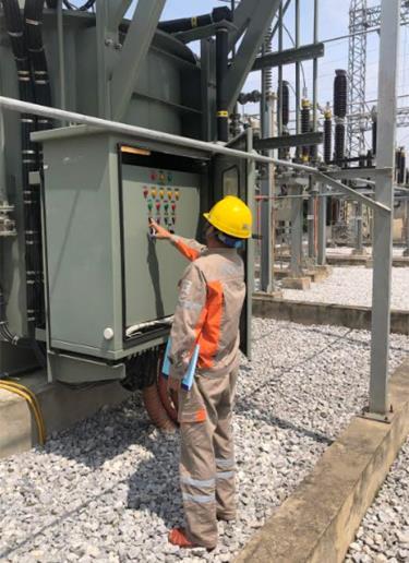Cán bộ Công ty Điện lực Yên Bái kiểm tra, giám sát thông số vận hành hệ thống nguồn.