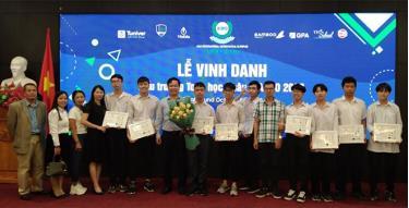 Đoàn cán bộ giáo viên, học sinh Trường THPT Chuyên Nguyễn Tất Thành tại Lễ vinh danh các học sinh đoạt giải ở đấu trường Toán học châu Á AIMO 2020.