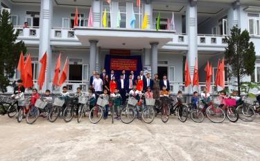 18 chiếc xe đạp được trao cho các cháu có hoàn cảnh khó khăn trên địa bàn