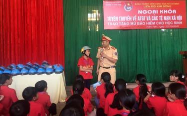 Các em học sinh được cán bộ cảnh sát giao thông - trật tự, Công an huyện Trấn Yên tuyên truyền Luật Giao thông đường bộ