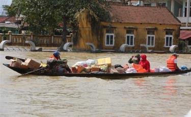 Các tổ chức thiện nguyện khắp cả nước chuyển hàng cứu trợ đến cho người dân vùng lũ tại huyện Lệ Thủy, tỉnh Quảng Bình.