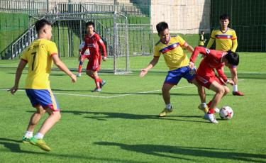 Trận đấu mở màn gay cấn giữa đội bóng huyện Văn Yên và huyện Yên Bình 2.
