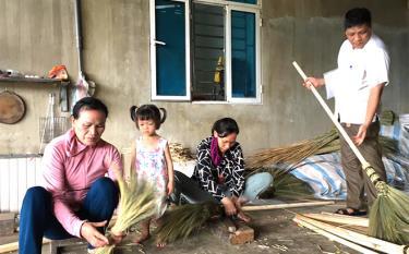 Từ Quỹ Hỗ trợ nông dân thị xã Nghĩa Lộ, nhiều hộ nông dân đã mạnh dạn phát triển nghề chổi chít, tạo việc làm, tăng thu nhập.
