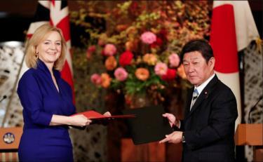 Bộ trưởng Thương mại Anh Liz Truss và Bộ trưởng Ngoại giao Nhật Bản Toshimitsu Motegi tại lễ ký kết thỏa thuận thương mại ngày 23-10 ở Tokyo.