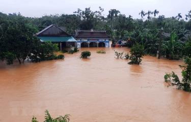 Nhà dân bị ngập lụt.
