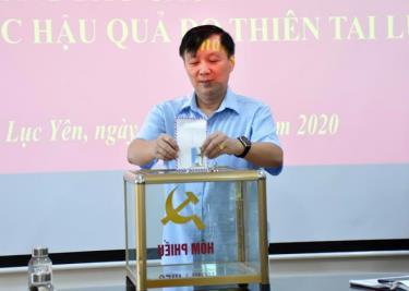 Lãnh đạo huyện Lục Yên ủng hộ đồng bào miền Trung