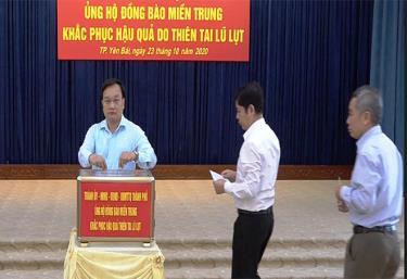 Các đồng chí lãnh đạo Thành ủy - HĐND - UBND thành phố Yên Bái ủng hộ đồng bào miền Trung