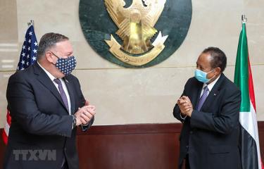 Ngoại trưởng Mỹ Mike Pompeo (trái) trong cuộc gặp Thủ tướng Sudan Abdalla Hamdok tại thủ đô Khartoum (Sudan) ngày 25/8/2020.