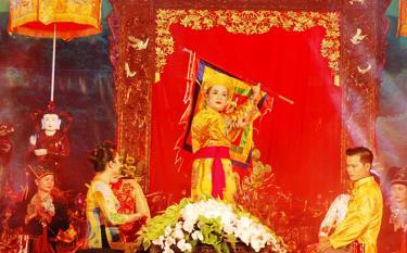 Một nghi lễ hầu đồng trong Festival Thực hành Tín ngưỡng thờ Mẫu ở Yên Bái năm 2017.