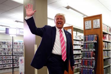 Ông Trump vẫy tay với mọi người sau khi bỏ phiếu xong