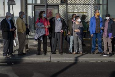 Người dân đeo khẩu trang đợi xe buýt tại thành phố Barcelona (Tây Ban Nha).