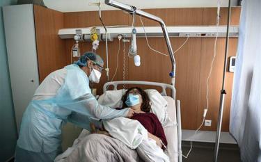 Điều trị cho bệnh nhân COVID-19 tại bệnh viện ở Gonesse, Pháp ngày 22/10/2020.