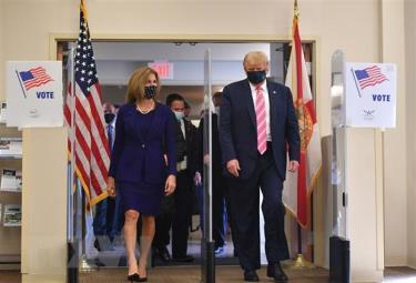Tổng thống Mỹ đương nhiệm Donald Trump (phải) rời thư viện Palm Beach, Florida, nơi ông bỏ phiếu sớm trong cuộc bầu cử Tổng thống, ngày 24/10/2020.
