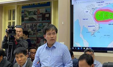 Ông Mai Văn Khiêm, Giám đốc Trung tâm Dự báo khí tượng thủy văn Quốc gia phát biểu tại cuộc họp.