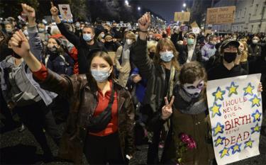 Hàng nghìn người xuống đường biểu tình chống lại các biện pháp hạn chế mới ở Warsaw.