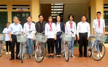 Hội Khuyến học thành phố Yên Bái cùng nhà tài trợ trao xe đạp cho học sinh Trường Tiểu học và THCS Giới Phiên, thành phố Yên Bái.