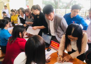 Đông đảo người dân, cán bộ, công chức đóng trên địa bàn huyện tham gia ủng hộ đồng bào miền Trung.