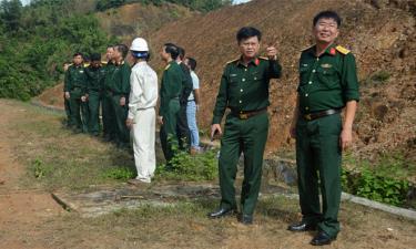 Đại tá Trần Công Ứng (người đầu tiên bên phải) - Chỉ huy trưởng Bộ CHQS tỉnh cùng đoàn công tác kiểm tra công trình khắc phục sạt lở tại Kho vũ khí đạn