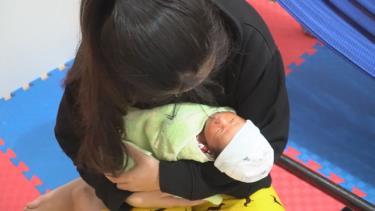 Cháu bé bị mẹ bị bỏ rơi tại Bệnh viện Sản - Nhi Yên Bái đã được về trong vòng tay yêu thương của người mẹ (Ảnh minh họa)